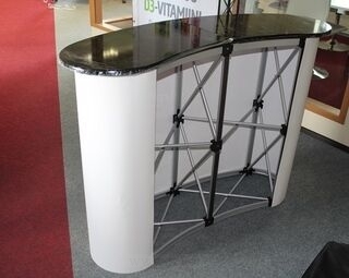 Iso messupöydä takaa päin katsottuna.